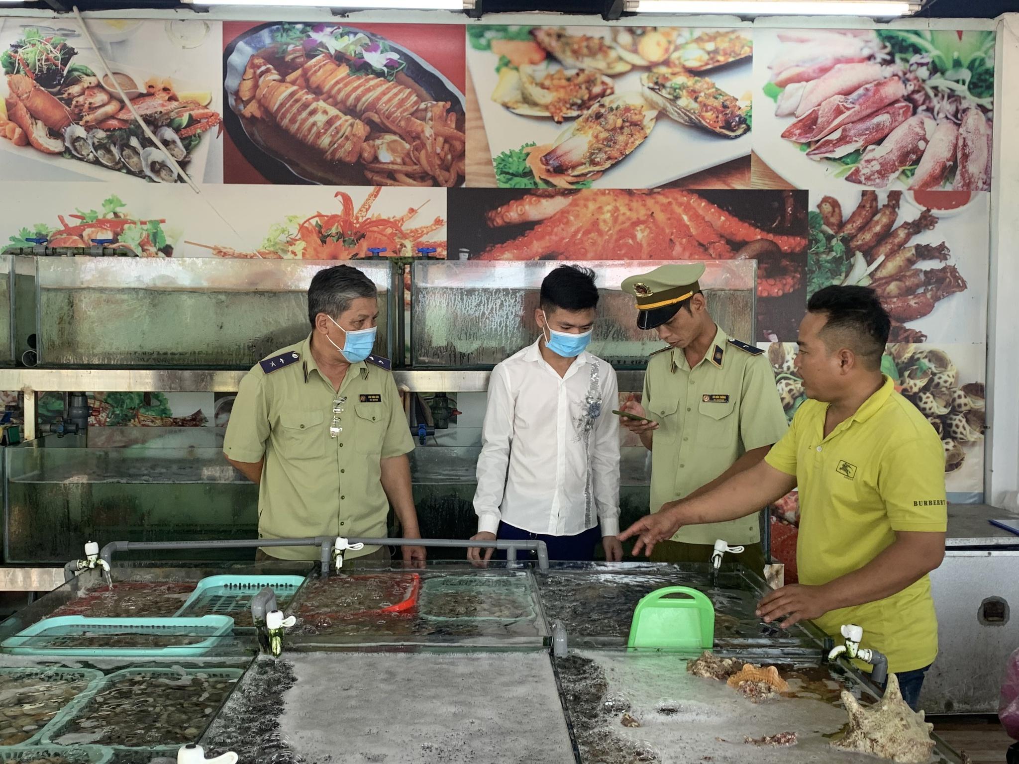 Cục Quản lý thị trường tỉnh Khánh Hòa: Xác minh thông tin, kiểm tra nhà hàng bị tố 'chặt chém' 0,5 kg ốc hương giá 900.000 đồng.